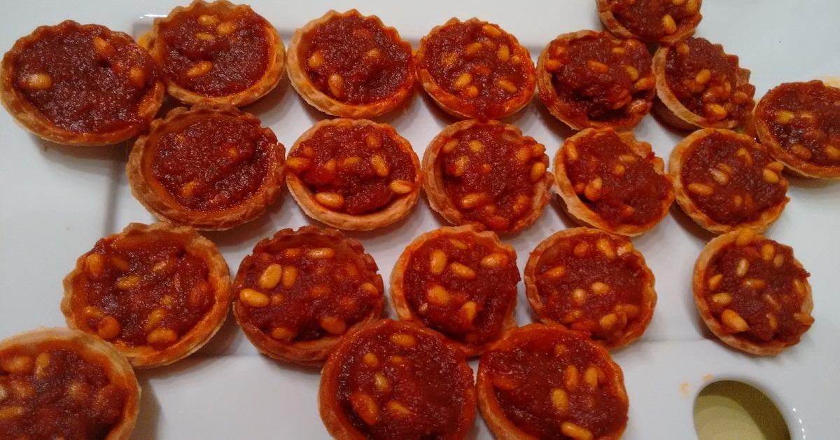 Tartaletas de sobrasada con miel y piñones